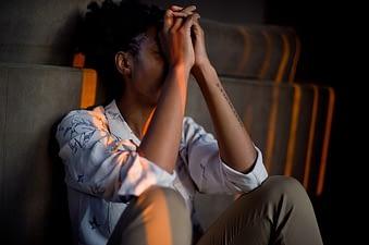 Raucherentwöhnung Entzugserscheinungen - Foto von verzweiferlte Frau