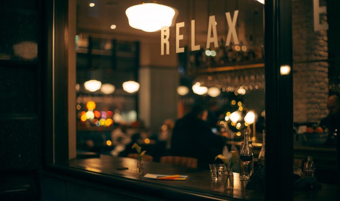Entspannung finden - ruhiges Lokal als Symbolbild
