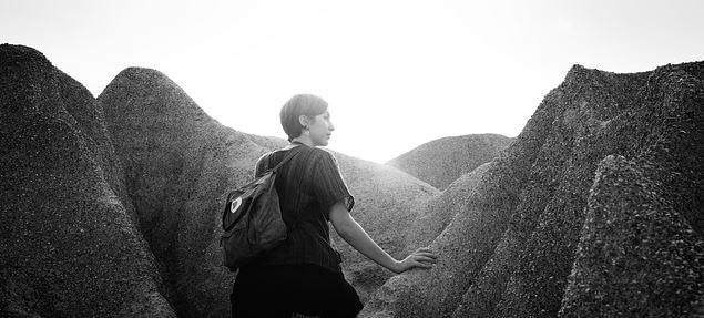 Innere Ruhe und Gelassenheit - Frau wandert durch die Berge