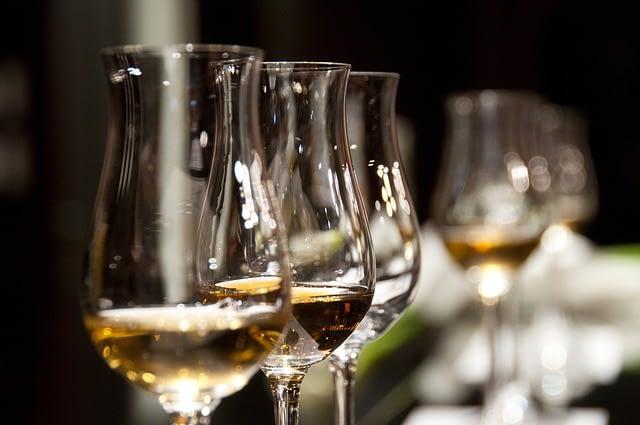 Innere Ruhe und Gelassenheit - Weingläser als Symbolbild