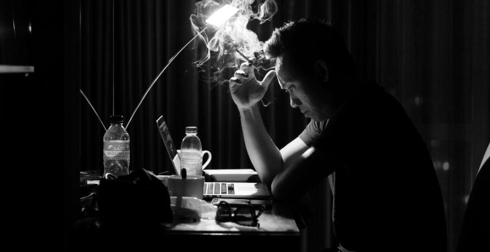 Raucher denkt nach - warum rauche ich? Symbolbild
