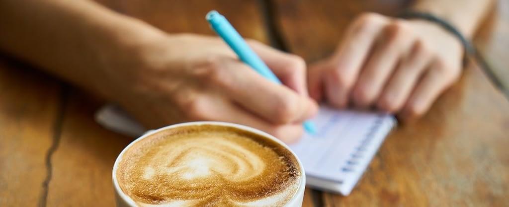 Rauchstopp Notizen - handschriftlich mit einer Tasse Kaffee - Foto