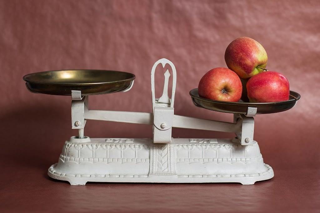 Hypnose Bernau - Waage mit Äpfeln als Symbolbild