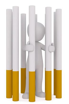 Rauchstopp - Figur gefangen im Zigarettengefängnis