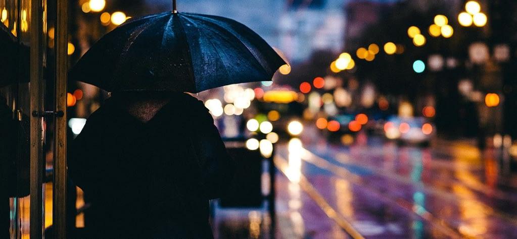 Light-Zigaretten - ein Raucher steht im Regen