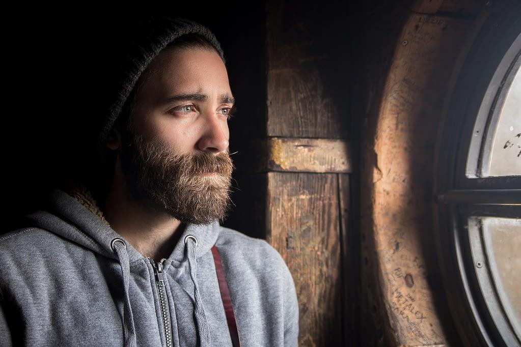 Rauchstopp - jetzt - nachdenklicher trauriger Mann