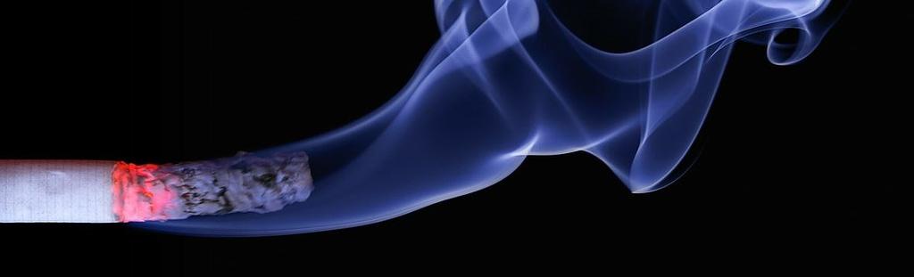 Nichtraucherschutz - qualmende Zigarette als Symbolbild