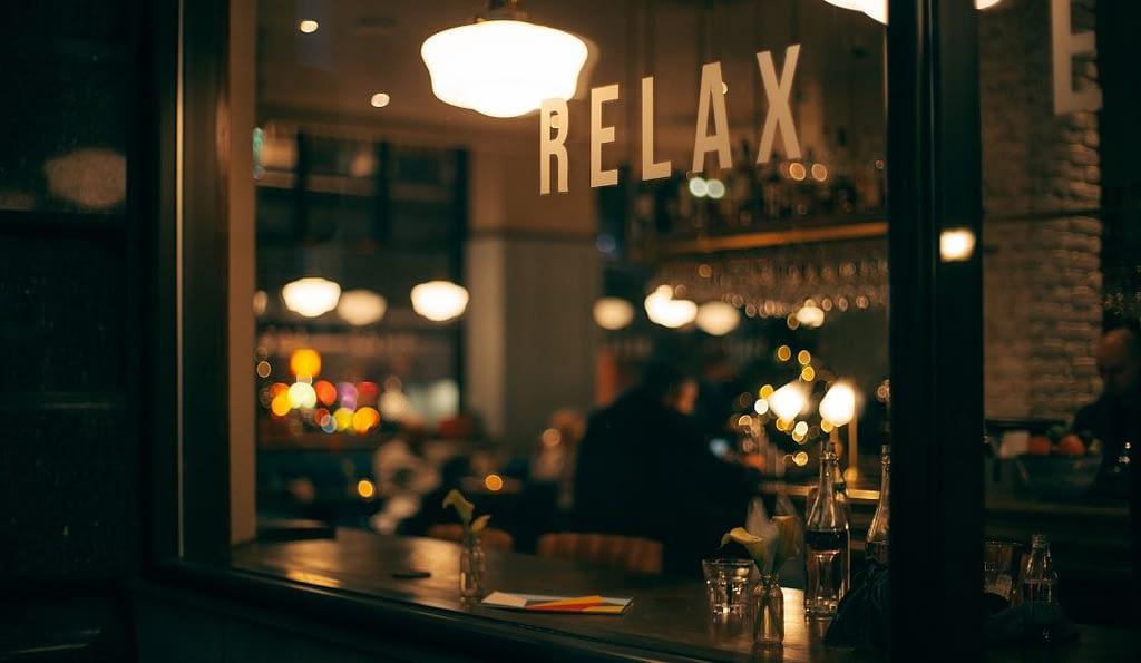Raucherentwöhnung - Genießer in einer Bar